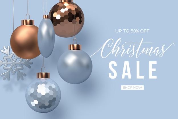 Banner de venda de natal. bolas de suspensão realistas com floco de neve. ilustração vetorial para descontos nas férias de inverno.