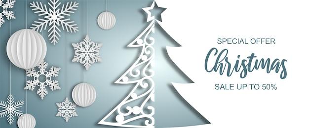Banner de venda de natal com árvore de papel, bolas e flocos de neve