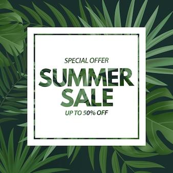 Banner de venda de verão com flor de plumeria exótica de folhas de palmeira