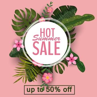 Banner de venda de verão com folhas de palmeira, folha de selva e flores tropicais.