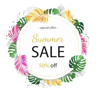 Banner de venda de verão com folhas de palmeira tropical e flor de plumeria