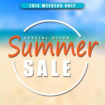Banner de venda de verão com praia borrada nas costas