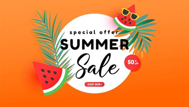 Banner de venda de verão em estilo moderno com folhas tropicais e fatias de melancia madura voando no ar