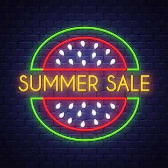 Banner de venda de verão. letras de sinal de néon.