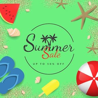 Banner de venda verão com bolas, óculos, molusco, sorvete, melancia e areia sobre fundo verde