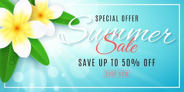 Banner de venda verão para web. o plumeria floresce no fundo azul com sol de brilho com luzes do bokeh.