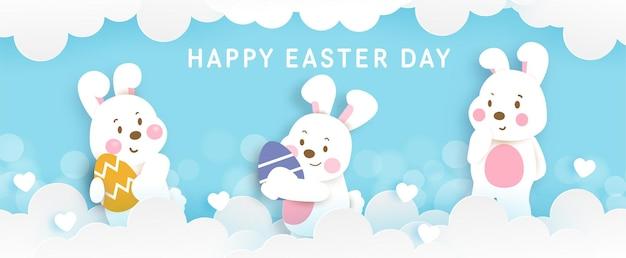 Banner do dia de páscoa com coelhos fofos e ovo de páscoa