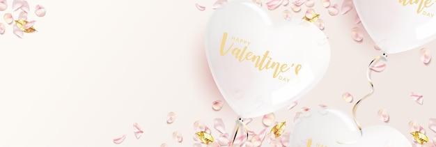 Banner do dia dos namorados. balão em forma de coração branco com pétalas de rosa rosa, folhas douradas.