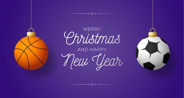 Banner horizontal de feliz natal de luxo. bolas de basquete e futebol de esporte penduradas em um fio no fundo roxo moderno.