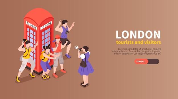 Banner horizontal de londres com turistas e visitantes fotografados ao lado de uma cabine telefônica vermelha isométrica