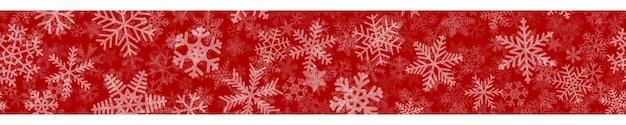 Banner horizontal sem costura de natal de muitas camadas de flocos de neve de diferentes formas, tamanhos e transparência. branco sobre vermelho.