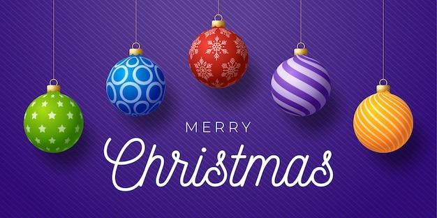 Banner promocional horizontal de natal. ilustração de férias com bolas de natal coloridas ornamentadas realistas sobre fundo roxo.