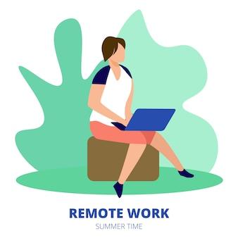 Banner quadrado de trabalho remoto. freelancer do homem que senta-se fora no trabalho das horas de verão distante no portátil.