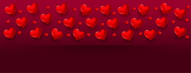 Banner romântico de dia dos namorados com corações realistas e espaço de texto