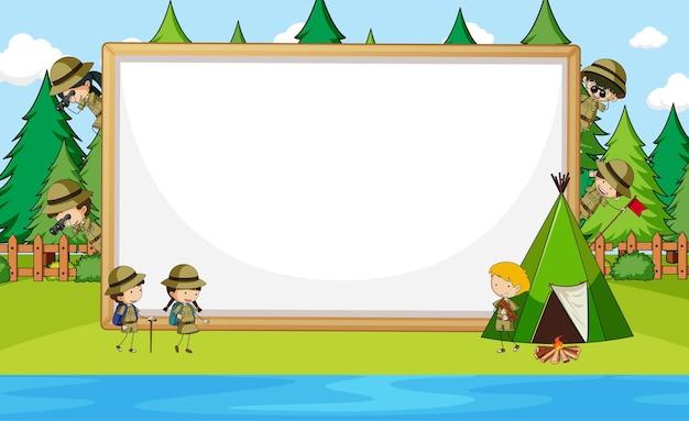 Banner vazio com muitas crianças no tema escoteiro