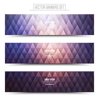 Banners de estrutura triangular violeta claro fixados em fundo branco