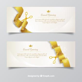 Banners de inauguração com tesoura dourada e fita