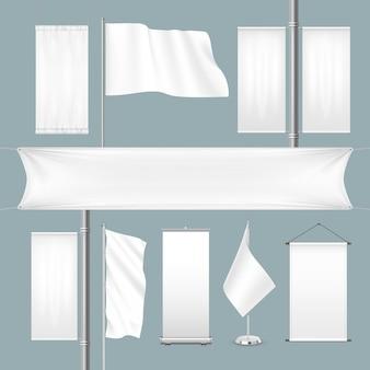 Banners de publicidade de têxteis em branco de modelo branco e sinalizadores com dobras.