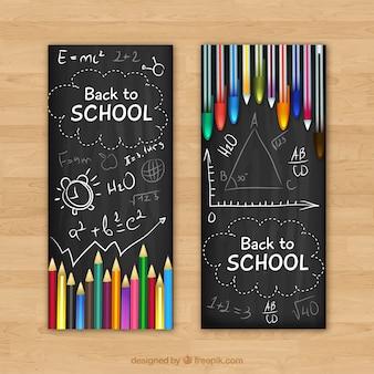 Banners de quadro-negro com lápis e canetas coloridas