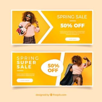 Banners de venda da primavera com foto de uma menina