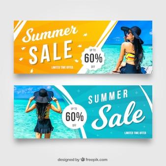 Banners de venda de verão com a imagem da mulher no mar