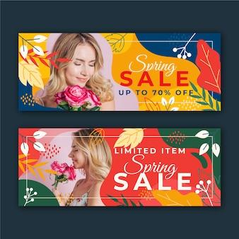 Banners de venda primavera com mulher e folhas