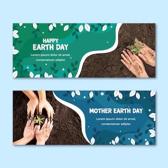 Banners do dia da mãe terra com as mãos e a terra