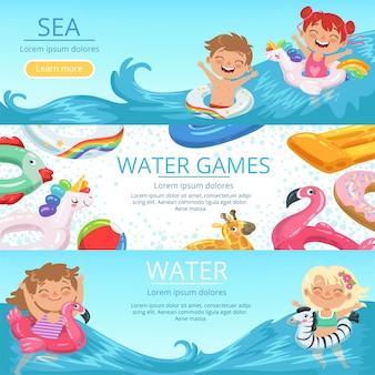 Banners horizontais definir feliz childrens jogando na praia e parque aquático