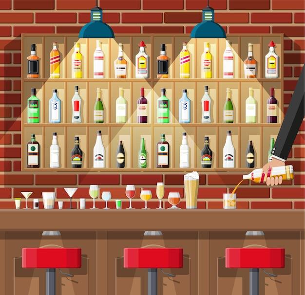 Bar com cadeiras e prateleiras com garrafas de álcool