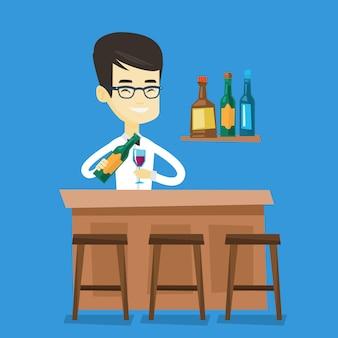 Barman em pé no balcão do bar.