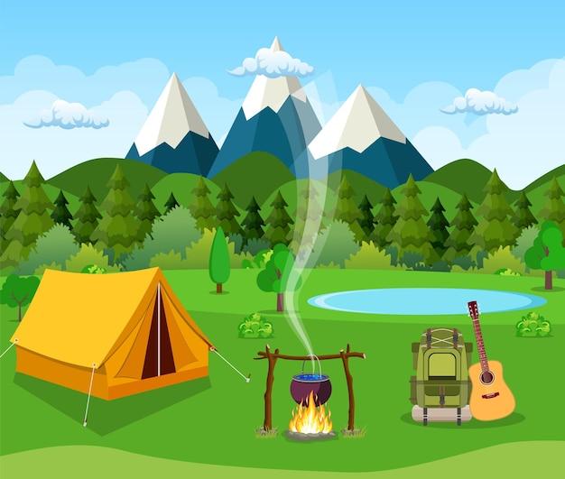 Barraca do turista e prados verdes, montanhas em um céu nublado. acampamento de verão.