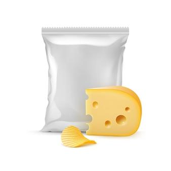 Batata frita crocante com queijo e saco plástico vazio selado verticalmente para projeto de embalagem close up isolado