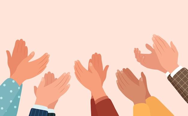 Batendo palmas, diferentes pessoas aplaudem.