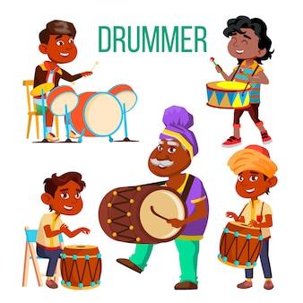 Bateristas usando percussão étnica