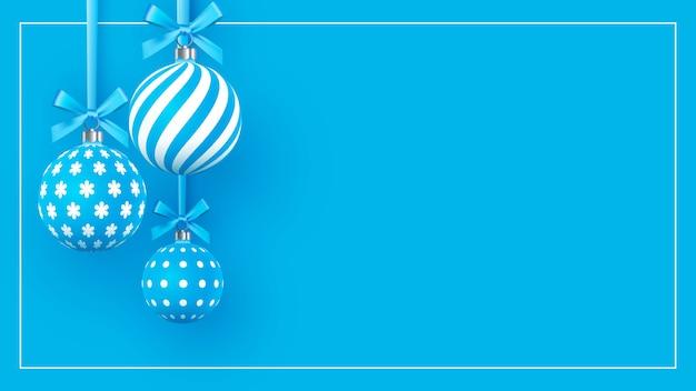 Baubles de natal suavemente azuis com padrões geométricos