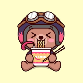 Bebê bonito brown urso com equipamento de biker, comendo taça ramen instantânea e mostrando rosto feliz