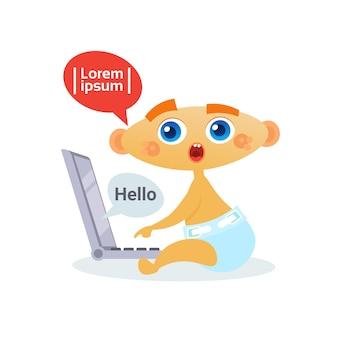 Bebé bonito que usa o portátil