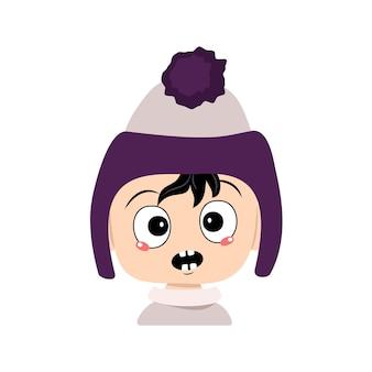Bebê com emoções em pânico surpreso rosto chocado olhos chocados em chapéu roxo com pompom garoto com expressão de medo ...
