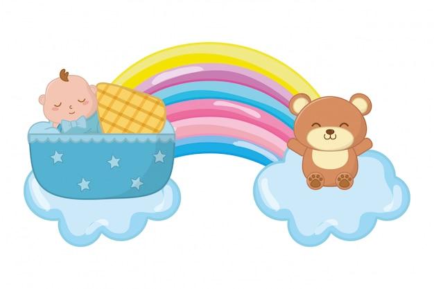 Bebê dormindo em um berço e uma ilustração de urso de brinquedo