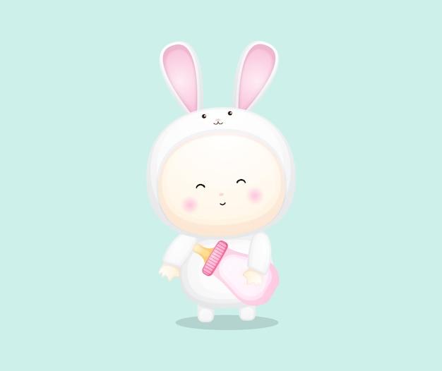 Bebê fofo com fantasia de coelho segurando a chupeta. cartoon ilustração premium vector