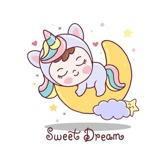 Bebê fofo com vestido de unicórnio dormindo na lua