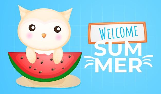 Bebê fofo coruja comendo melancia grande com banner de saudação de verão