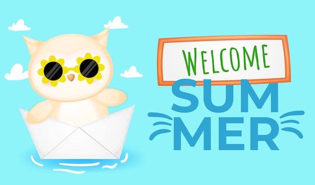 Bebê fofo coruja em barquinho de papel com banner de saudação de verão