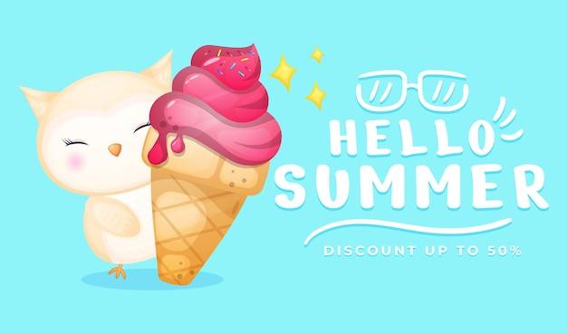 Bebê fofo coruja segurando um grande sorvete com uma faixa de saudação de verão