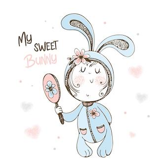 Bebê fofo de pijama coelho admirando no espelho.