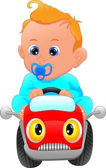 Bebê fofo dirigindo o brinquedo do carro