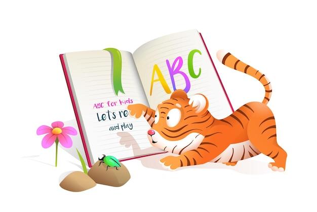Bebê fofo pequeno tigre lendo o livro abc, estudando e brincando.