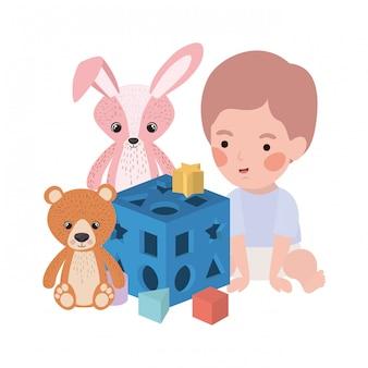 Bebê menino bonitinho brincando com caráter de brinquedos