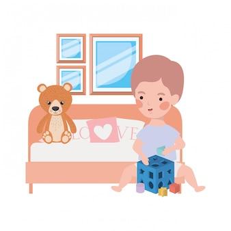 Bebê menino bonitinho com urso de pelúcia no quarto