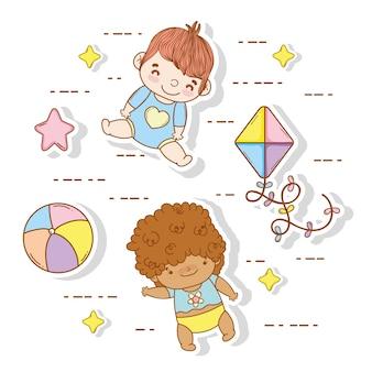 Bebês bonitos com brinquedos de bola e pipa